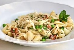 Pasta with bacon, peas, mint